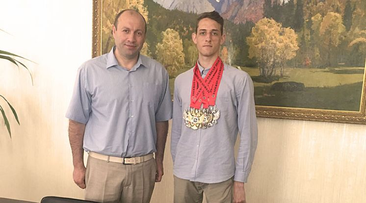 Золотая медаль и кубок победителя!